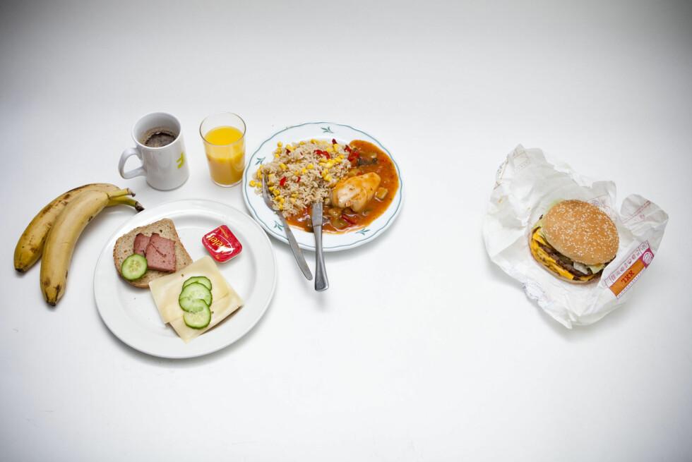 ÉN BURGER ER LIK...: En Big King XXL (til høyre på bildet)inneholder omtrent like mange kalorier som all maten til venstre. Én slik burger inneholder også 67,70 gram fett, hvorav 26,10 gram er mettet fett. Foto: Per Ervland