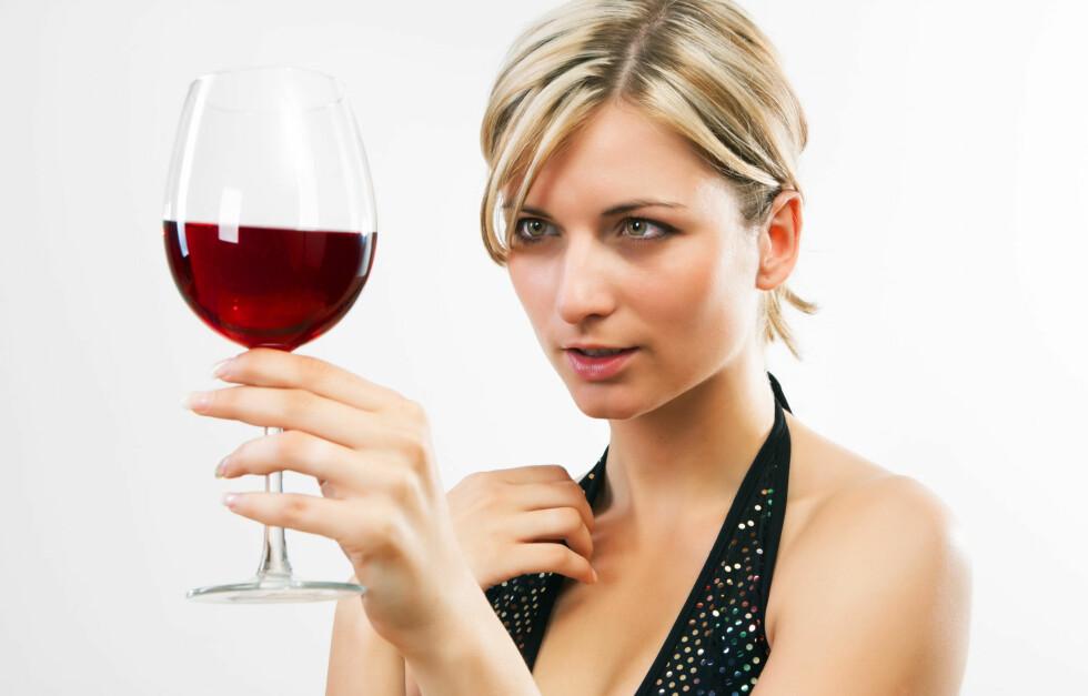 DRIKKER DU MYE?: En ny studie viser at veldig mange mennesker undervurderer hvor mye alkohol de får i seg.  Foto: Colourbox