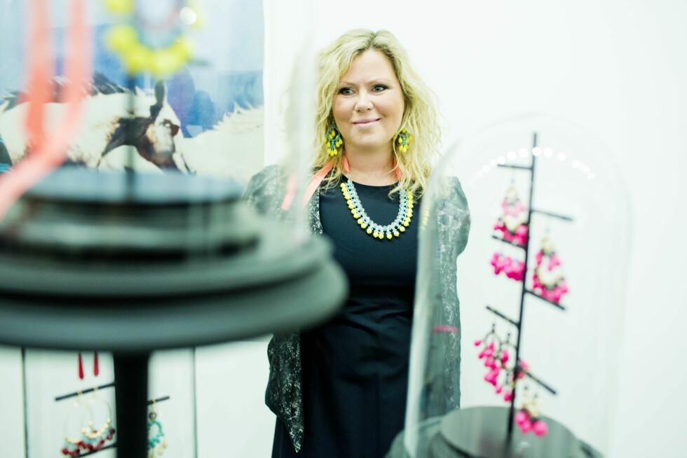 NEON: Zuzanna Gregorowicz fra Zuzanna G viser frem flere av sine nye smykker under åpningen på Astrup Fearnley.  Foto: KK/Sara Johannessen