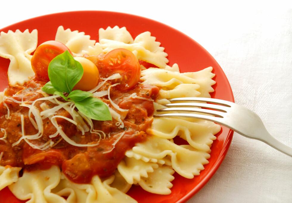 TOMATSAUS: Du kan enkelt lage din egen tomatsaus, som vil være langt sunnere enn de ferdigkjøpte i butikken. Velger du fullkornspasta, er du sikret en sunn, fiberrik middag.  Foto: Thinkstock