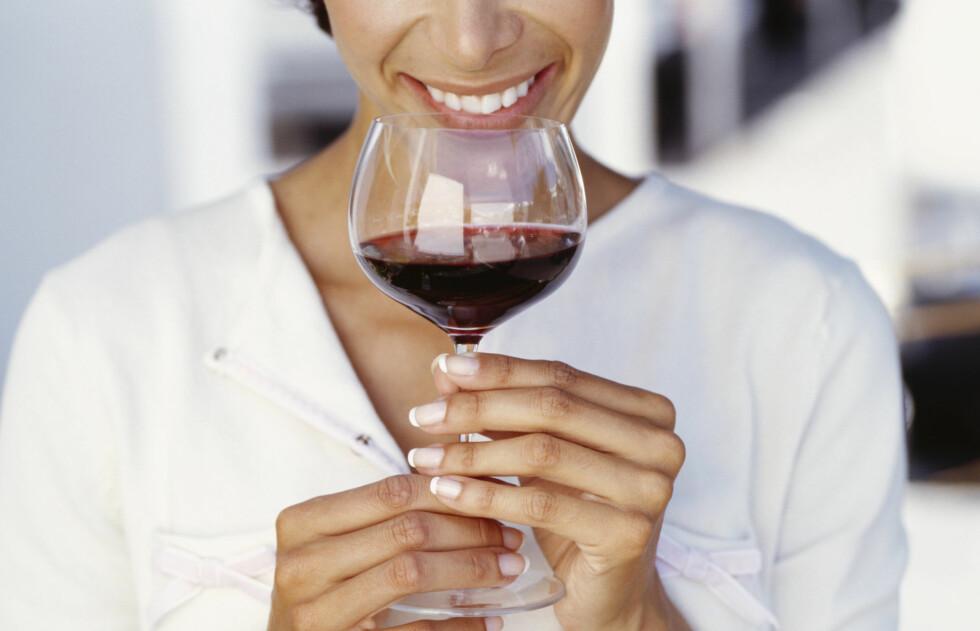 RYNKER: Dersom du skal ut i helgen kan det være lurt å ha i bakhodet at alkohol kan fremskynde aldringsprosessen i ansiktet ditt.  Foto: Getty Images
