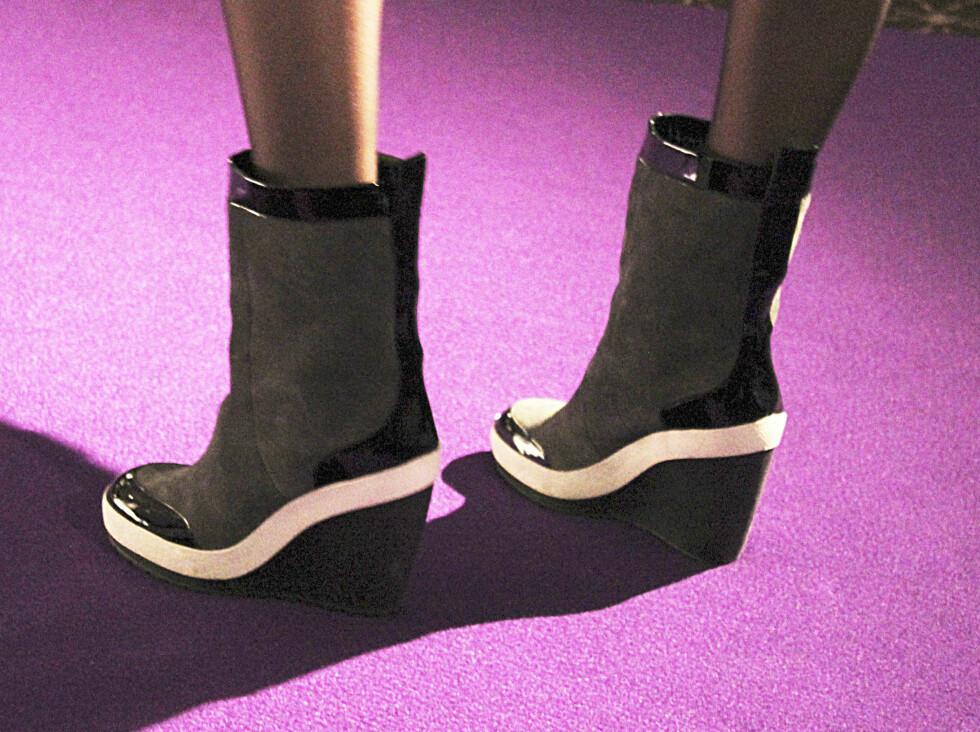 SETT PÅ CATWALKEN: Wedge-sko med synlige detaljer i sort og hvitt. Foto: Benedicte Haugaard