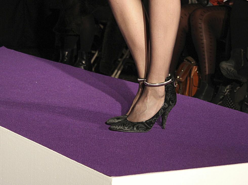 SETT PÅ CATWALKEN: Brokademønstrede hæler med bøyle rundt ankelen. Foto: Benedicte Haugaard