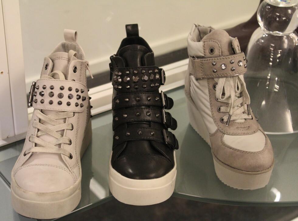 POPULÆRT TIL HØSTEN: Sneakers med plattformsåle er spådd til å bli med populært enn noensinne. Pyntes gjerne opp med nagler og pynt. Skoene som er avbildet er fra Stella. Foto: Benedicte Haugaard
