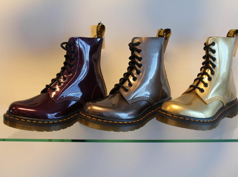 HOLDER FORTSATT KOKEN: Dr. Martens prøver seg på nye fargetoner. Metalliske detaljer er populært til høsten, så er burgunder. Hva med å blande disse? Skoene til venstre er spådd til å bli en stor hit blant de urbane fashionistaene. Foto: Benedicte Haugaard