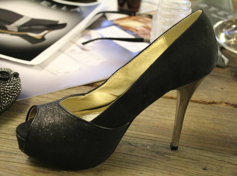 ØYE FOR DETALJER: Sølvdetaljene er tilbake. Det er fullt lovlig å gå for sko med en sølvfaregt hæl eller spenne - det må ikke bare være tåen som er sølvfarget i år! Skoene som er avbildet er fra Stella. Foto: Benedicte Haugaard