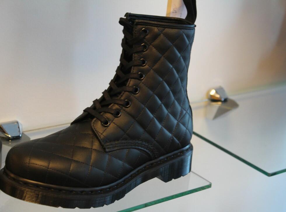"""CHANEL-BOOTS: Dr. Martens kommer med en sko som kalles """"Chanel boot"""" av skofanatikerne. Skoen minner om Chanels lille sorte håndveske, derav navnet. Skoen er spådd en god fremtid. Foto: Benedicte Haugaard"""