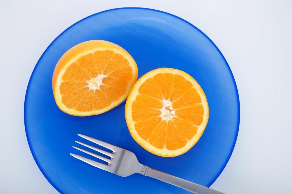 FARGER: Spiser du av en fargerik tallerken vil du ikke forsyne deg med like mye som du pleier. Foto: PantherMedia