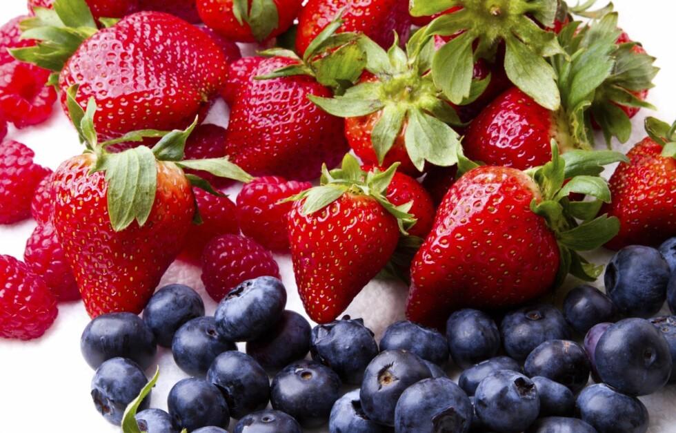 BESKYTTER MOT HJERTEINFARKT: Ny forskning tyder på at et høyt inntak av jordbær og blåbær kan redusere risikoen for hjerteinfarkt hos kvinner.  Foto: Thinkstock