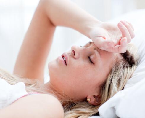 TA DET MED RO: Stygg hoste indikerer at du ikke er frisk. Sov mye og slapp av på sofaen, så klarer roppen raskere å bekjempe viruset. Foto: Getty Images/Wavebreak Media