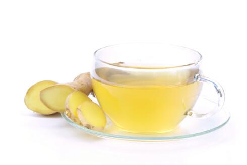 DRIKK DETTE: Ingefær-te med sitrn og honning  lindrer og løser opp slim i bryst og hals. Foto: Panther Media
