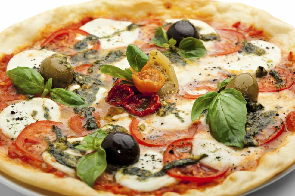 GRØNNSAKER: Her kan du plukke fra resetne i kjøleskapet eller fra det du liker best i butikkhyllene. Rikelig med tomat og frisk basilikum er viktig om du ønsker en sunn variant med klassisk pizzasmak. Foto: All Over Press