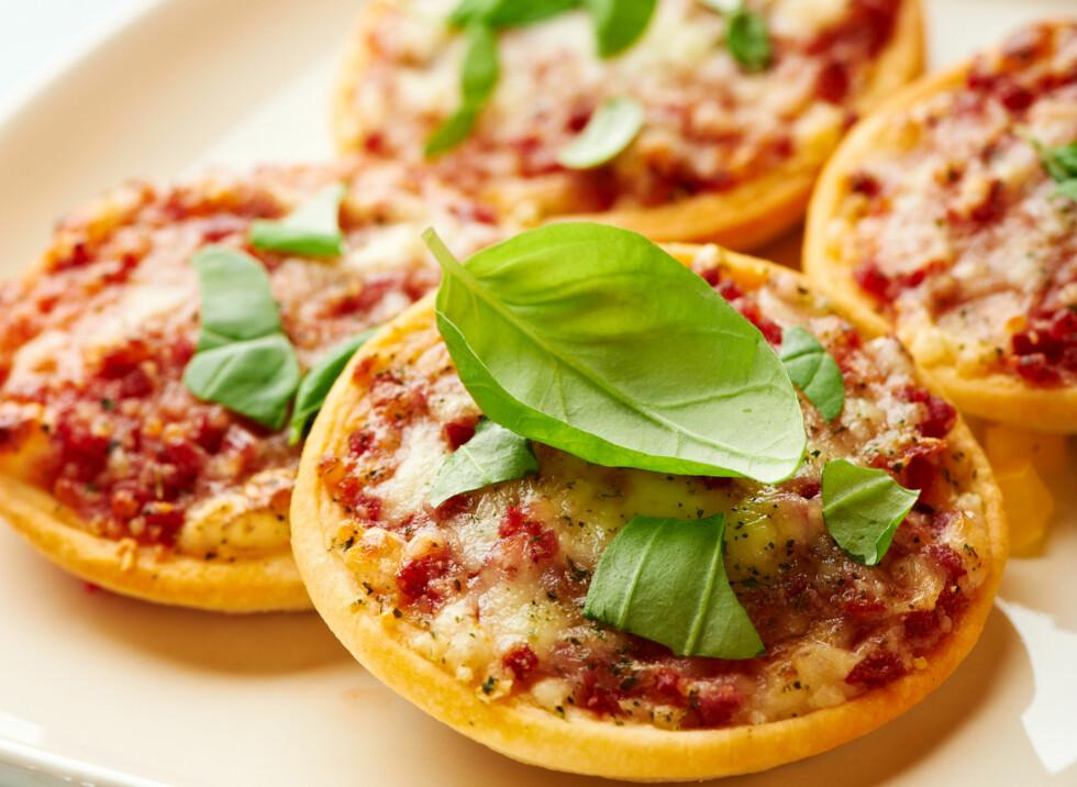 LAG PORSJONSPIZZA: Da er det ikke like lett å overspise - som de fleste vet er fort gjort med hjemmelaget pizza.  Foto: Getty Images/iStockphoto