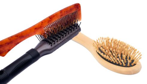 <strong>UNNGÅ OVERRASKELSER:</strong> Vask børstene etter du har gredd gjennom oljete hår.  Foto: Colourbox