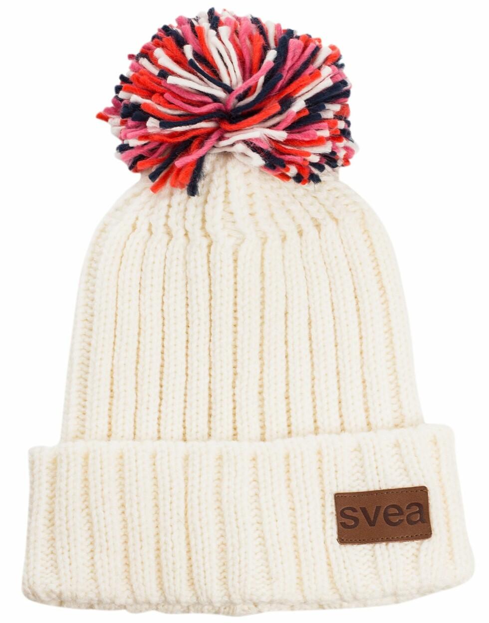 Hvit Svea strikkelue med fargerik dusk. Fås hos nelly.com til 299 kroner.  Foto: Produsenten