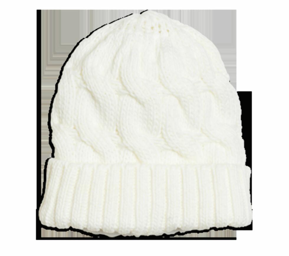 Hvit strikkelue med mønster. Fås hos kappahl.no til 99 kroner. Foto: Produsenten