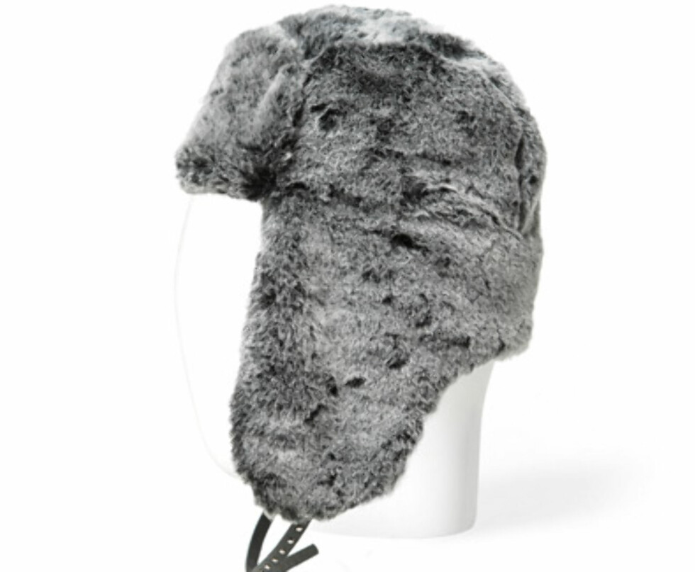 Grå fuskepels lue med stilige stropper. Fås hos zara.com til 99 kroner.  Foto: Produsenten