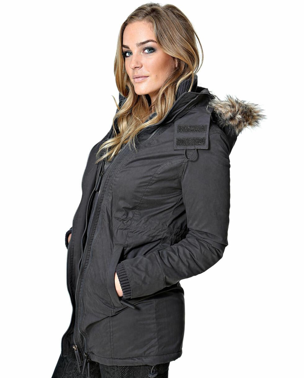 Mørk jakke fra Superdry. Fås kjøpt på Smartgirl.no kr 1059,- Foto: Produsenten