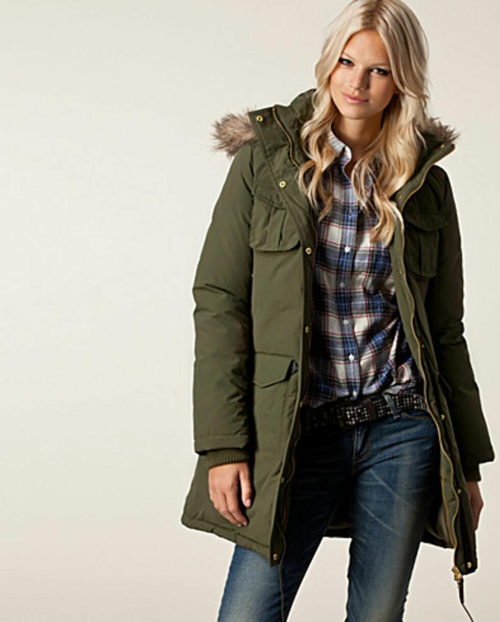 Grønn jakke fra Vila. Fås kjøpt på Nelly.com for 1295,- Foto: Produsenten