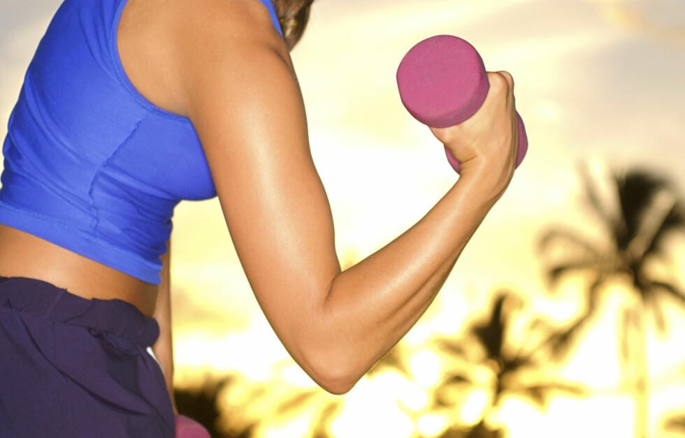 LØFT VEKTER: Du bør se på både kosthold og treningsvaner om du skal gjøre noe med dissende overarmer. Gladnyheten er at det går ganske fort å stramme opp nettopp denne muskelen.