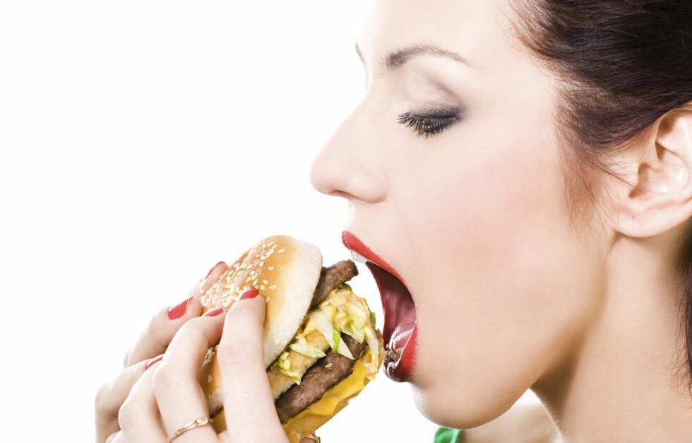 TENK FØR DU SPISER: Å vise mindfulness i forhold til kostholdet kan hjelpe deg, ifølge britisk ekspert. Foto: Thinkstock
