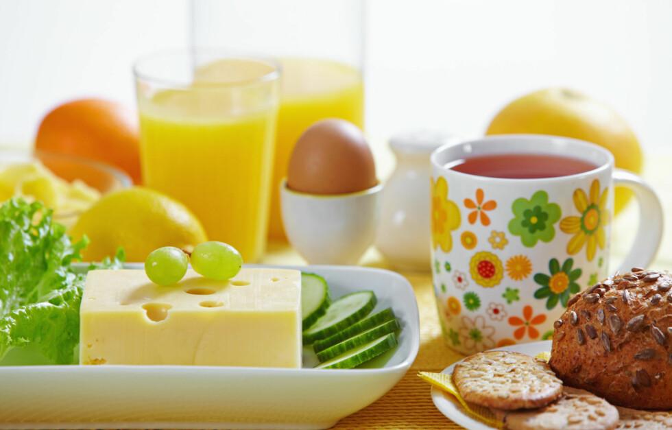 SALIG MIKS: Melkeprodukter inneholder mye kalsium, men sørg for å få i deg D-vitaminer også, gjennom egg og juice.  Foto: Colourbox