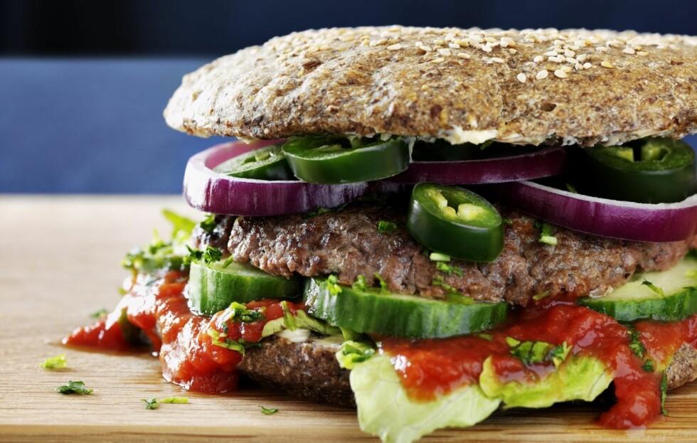 JA-MAT: Kostholdsguru Fedon Lindberg har mange gode råd når det gjelder sunn, god og næringsrik mat. Sjekk hans tre tips for å gjøre burgeren supersunn i denne saken! Foto: Colourbox