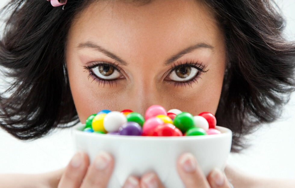 KLARER DU IKKE STYRE DEG? Det kan faktisk skyldes at du har fått for lite søvn. Personer som sover for lite har vanskeligere for å kontrollere seg overfor søtsakene.  Foto: Thinkstock.com