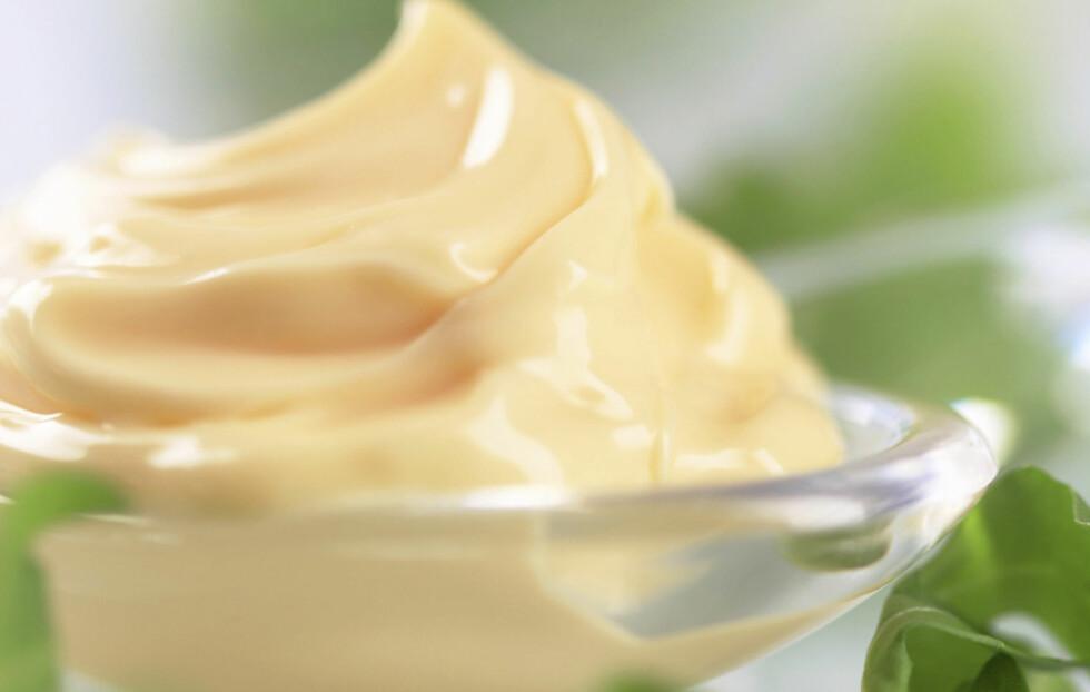 BRUK MAJONES I HÅRET: Bland inn en klatt med majones i håret og la det sitte i 20 minutter. Det gir håret ditt næringen det trenger. Foto: Thinkstock.com