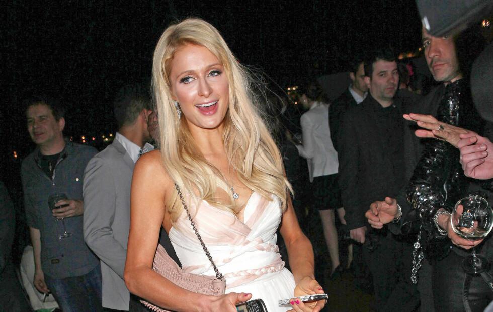 PÅ FEST I CANNES: Her er Paris Hilton på fest i Cannes iført en kjole designet av norske Cecilie Melli.  Foto: Visual Press Agency