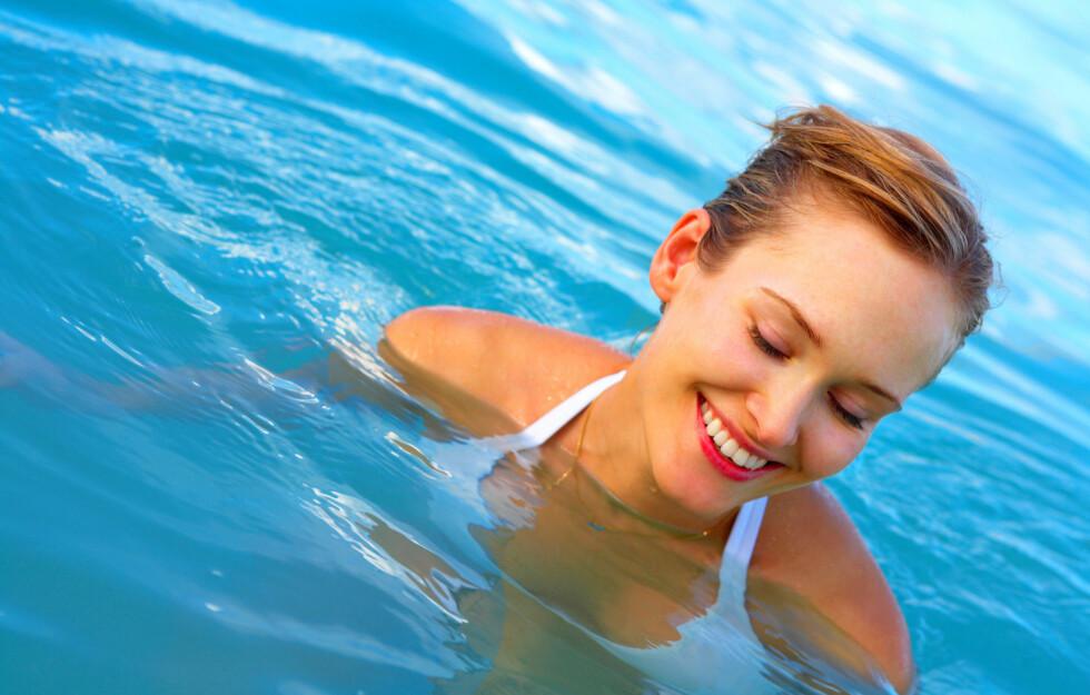 TA MED DEG EKSTRA BIKINITRUSE: Det kan være fristende å ta seg et forfriskende bad nå som det er så varmt ute. Er du utsatt for sopp eller urinveisinfeksjon er det imidlertid veldig viktig å bytte bikinitruse/badetrakt rett etter dukkerten.  Foto: Getty Images/iStockphoto