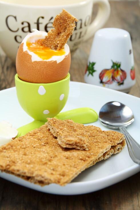 DOBBEL BONUS: Grove knekkebrød og egg gir deg begge vitamin E. Foto: Colourbox
