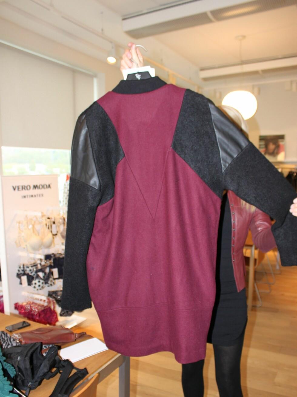 Vindrødt, materialmiks og skinndetaljer i en skreddersydd jakke – en av høstens heteste trender.  Foto: Tone Ruud Engen