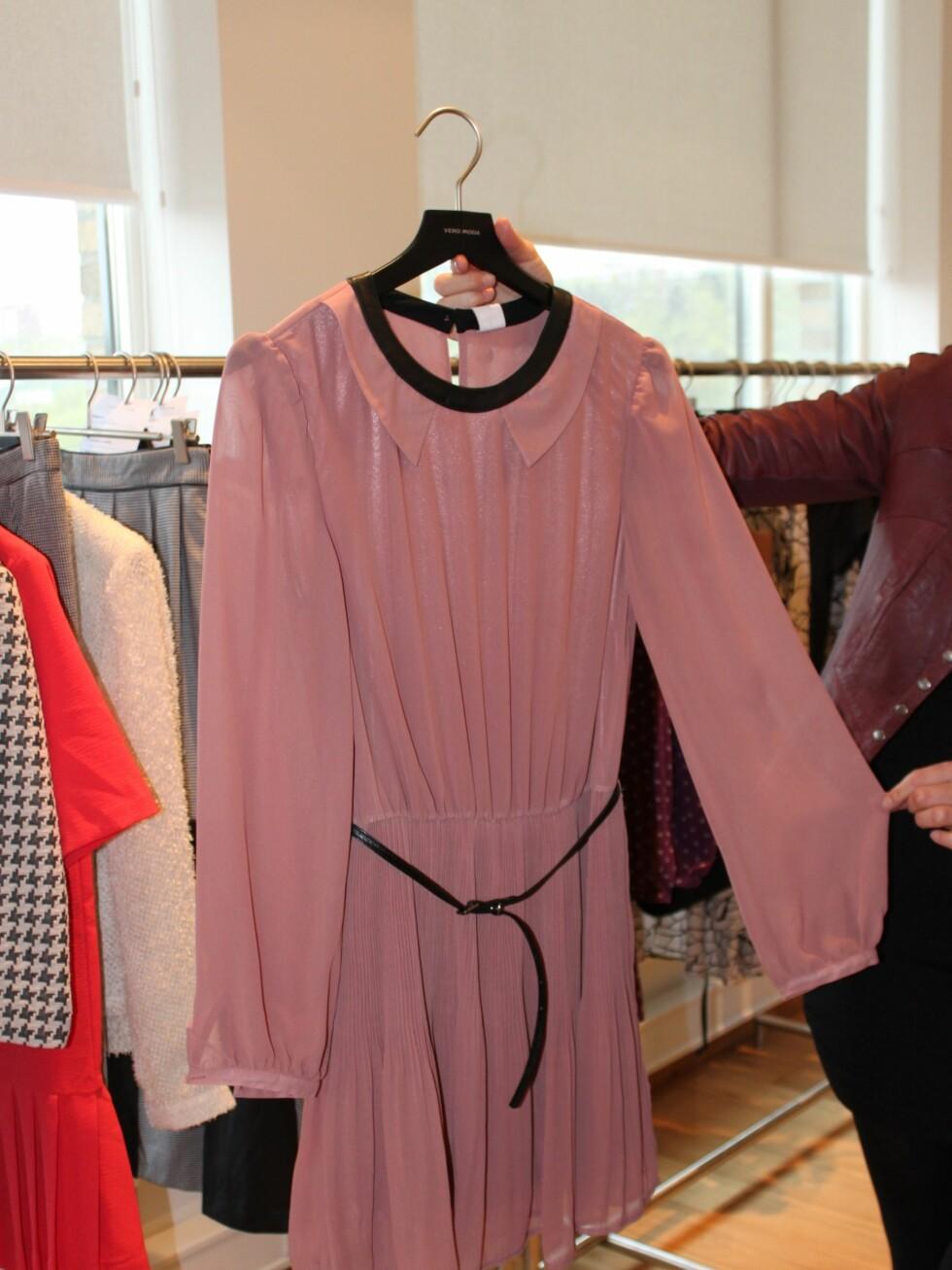 Søt chiffon rockes opp med detaljer i skinn, som kragen og beltet på denne yndige kjolen.  Foto: Tone Ruud Engen