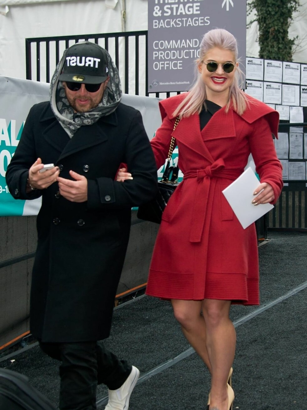 Også hverdagsklærne har har fått mer feminine trekk og jeansene er byttet ut med trenchcoats. Foto: All Over Press