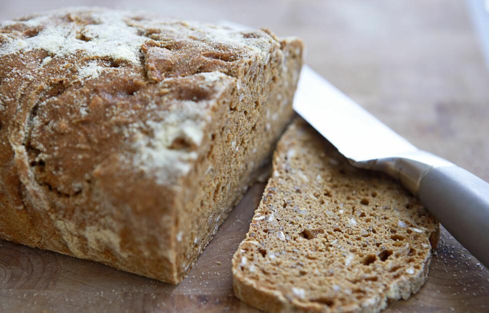 <strong>UTSEENDET TELLER IKKE:</strong> Et brød behøver ikke være grovt bare fordi det er mørkt. Grovheten ser du på ingredienslisten på pakken. Det brødet inneholder mest av (bør være sammalt mel eller fullkorn for at brødet skal være grovt), står først.  Foto: colourbox.com
