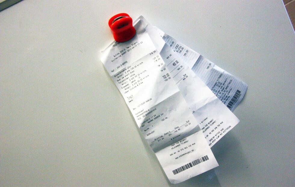 KANSKJE IKKE BESTE PLASSEN: Henger du kvitteringer og tilgodelapper på kjøleskapet, kan de falme med tiden. De skal helst skjermes fra både lys og fett. Foto: Tone Ra Pedersen