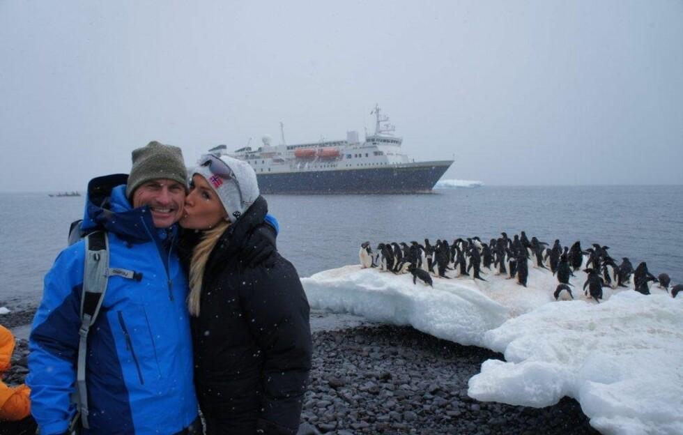 PÅ EKSPEDISJON! Petter og jeg i Antarktis. Bak ser dere National Geographic Explorer (en gammel hurtigrute!). Foto: Privat