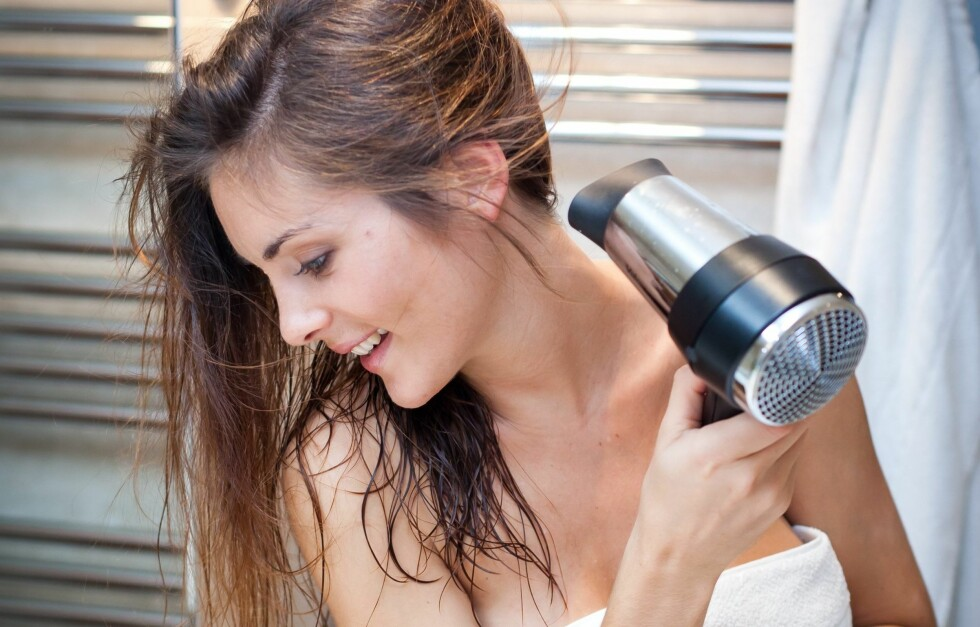 SJEKK SELV: Spray varmebeskyttelse på den ene hånda di. Føn deretter den andre hånda så lenge du orker og se hvor lang tid det tar før du ikke orker varmen lenger. Føn så hånda du sprayet med varmebeskyttelse og se hvor mye lenger du tåler varmen.  Foto: All Over Press
