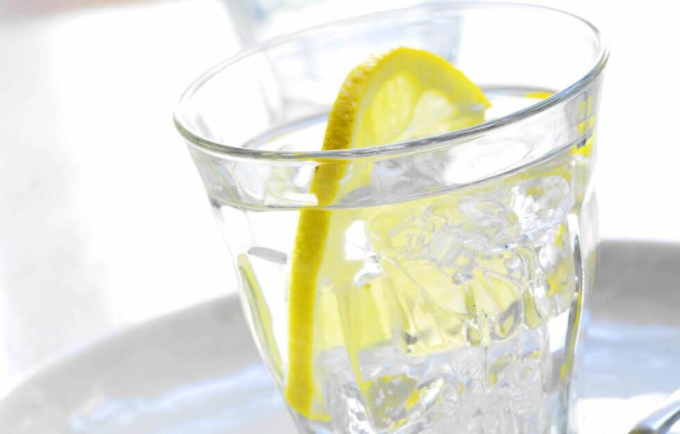 <strong>PÅVIRKER MATVALGENE DINE:</strong> Forskning viser at drikken vi velger til visse typer mat påvirkes av hvilke vaner vi er vant til. Fet, sukkerholdig og kaloririk mat forbindes oftere med brus, og du spiser mer grønnsaker med vann på bordet.  Foto: colourbox.com