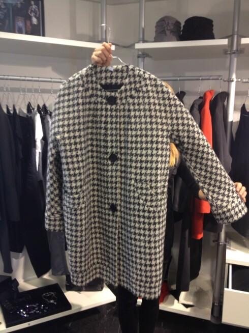 <strong>HUNDETANN:</strong> Et viktig mønster for høsten. Denne kåpen er en del av Sentimental Journey-kolleksjonen.  Foto: Aina Kristiansen