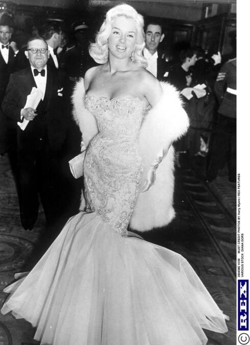 STORT PÅ 50-TALLET: Havfrueslepet på kjolen ble en stor hit på 50-tallet, og stjerner som Diana Dors (bildet), Jayne Mansfield og Marilyn Monroe sverget til stilen.  Foto: All Over Press