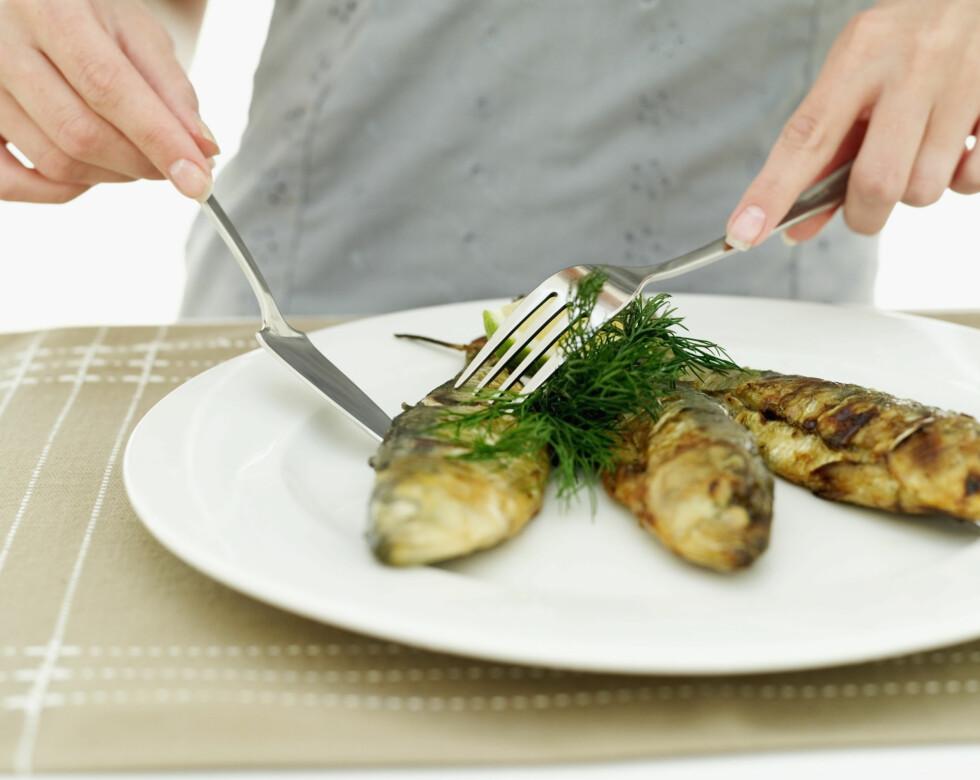 TO TIL TRE GANGER I UKEN: Norske helsemyndigheter anbefaler at vi spiser 300 til 450 gram ren fisk per uke. 200 gram bør være fet fisk, som for eksempel sild (på bildet).  Foto: Getty Images