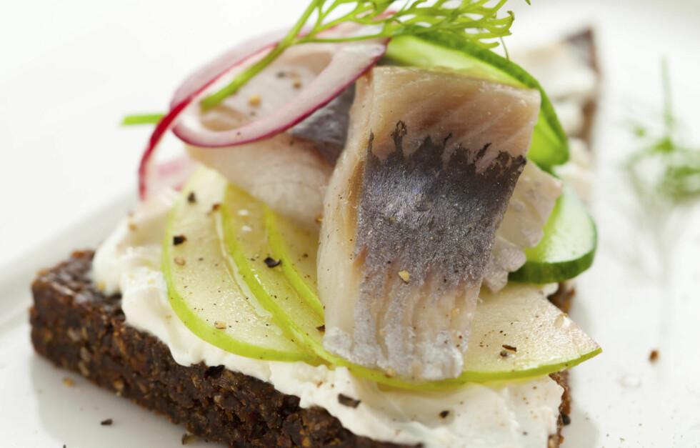 SUNT, BILLIG OG GODT: Sild er noe de fleste av oss forbinder med jula. I likhet med laks er imidlertid sild blant de fete fiskeslagene eksperter anbefaler oss å spise mer av, da den er proppfull av sunne næringsstoffer, særlig omega-3.  Foto: Thinkstock