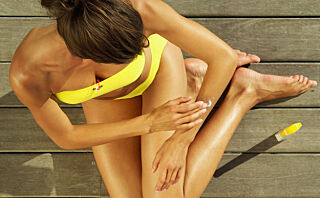 Påfør selvbruning med en svampvott