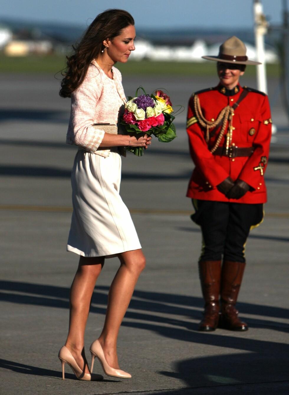 Her har Kate Middleton akkurat landet på Charlottetown Airport i Prince Edward Island, Canada, i juli. Legg merke til skoene. Foto: All Over Press