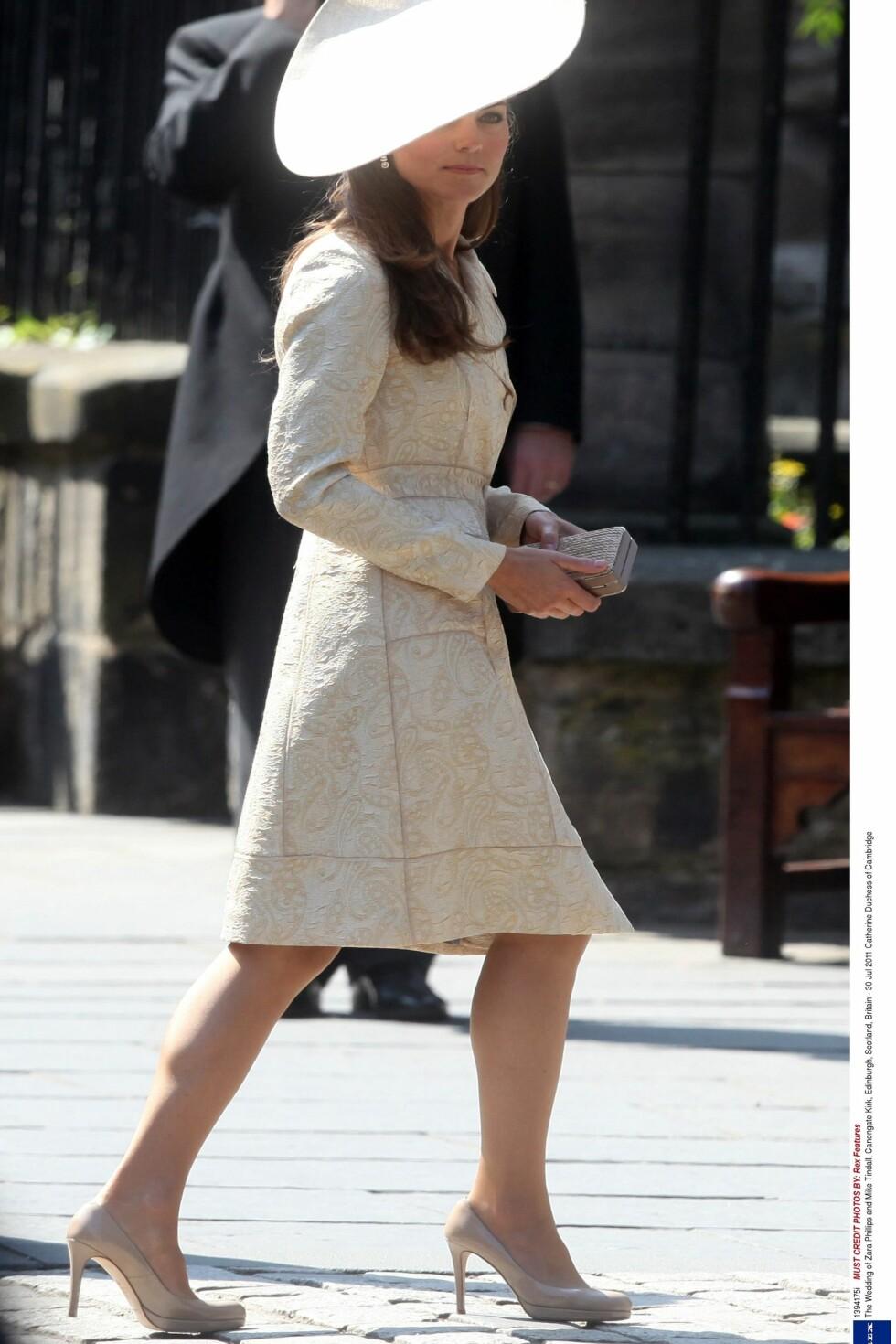 Kate i bryllupet til Dianas niese Zara Phillips og Mike Tindall. Nok en gang brukte hun favorittskoene. Foto: All Over Press