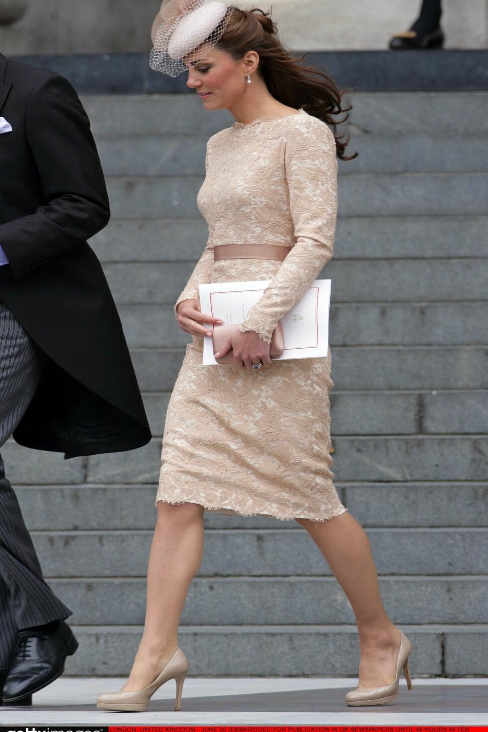 Mange misunnet antrekket til Kate da hun deltok på Thanksgiving under dronningens diamantjubileum. LK Bennett-skoene var selvsagt med.  Foto: All Over Press