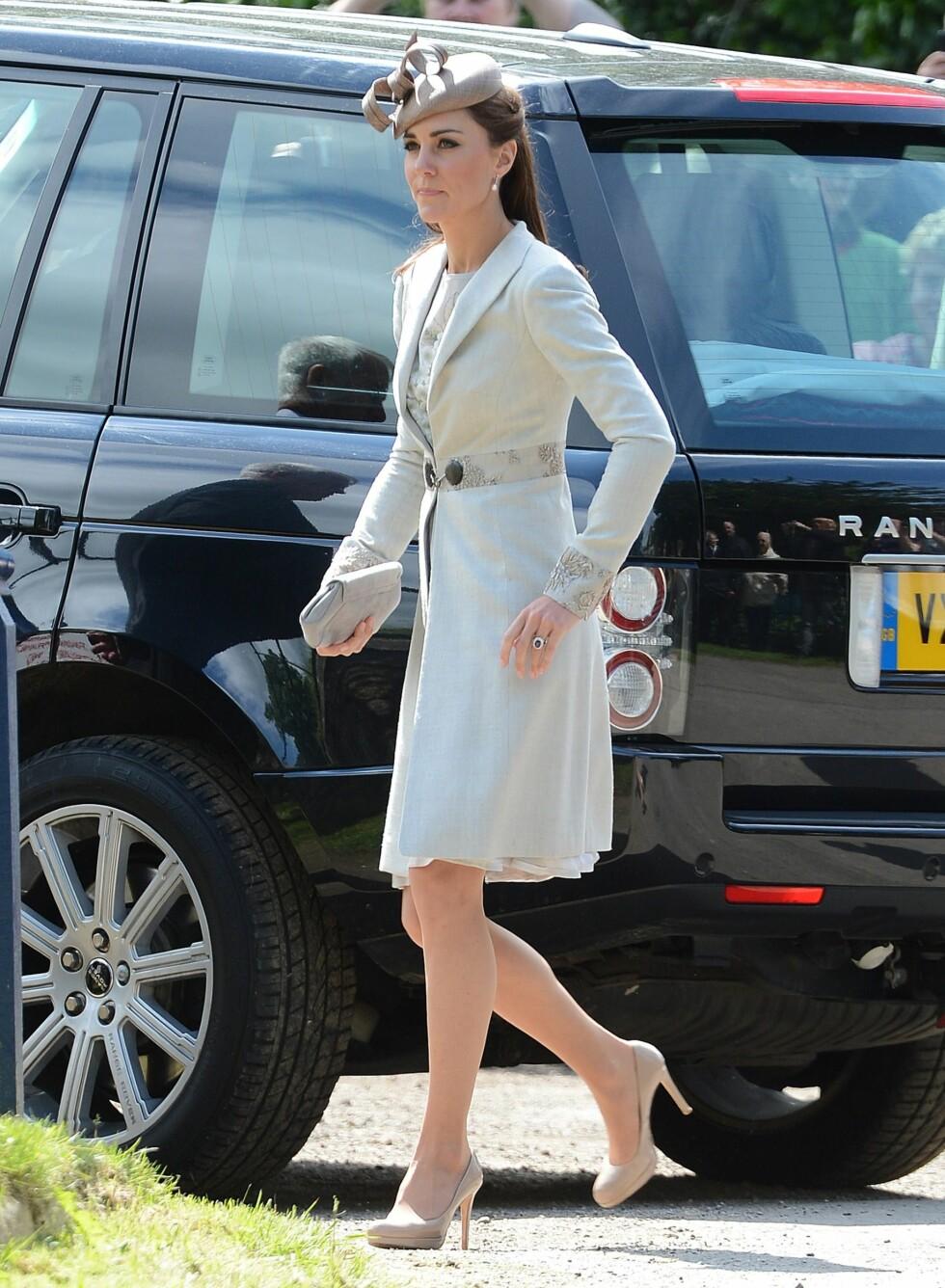 9. juni deltok Kate på bryllupet til Emily McCorquodale og James Hutt. De hudfargede skoene fikk også bli med. Foto: All Over Press