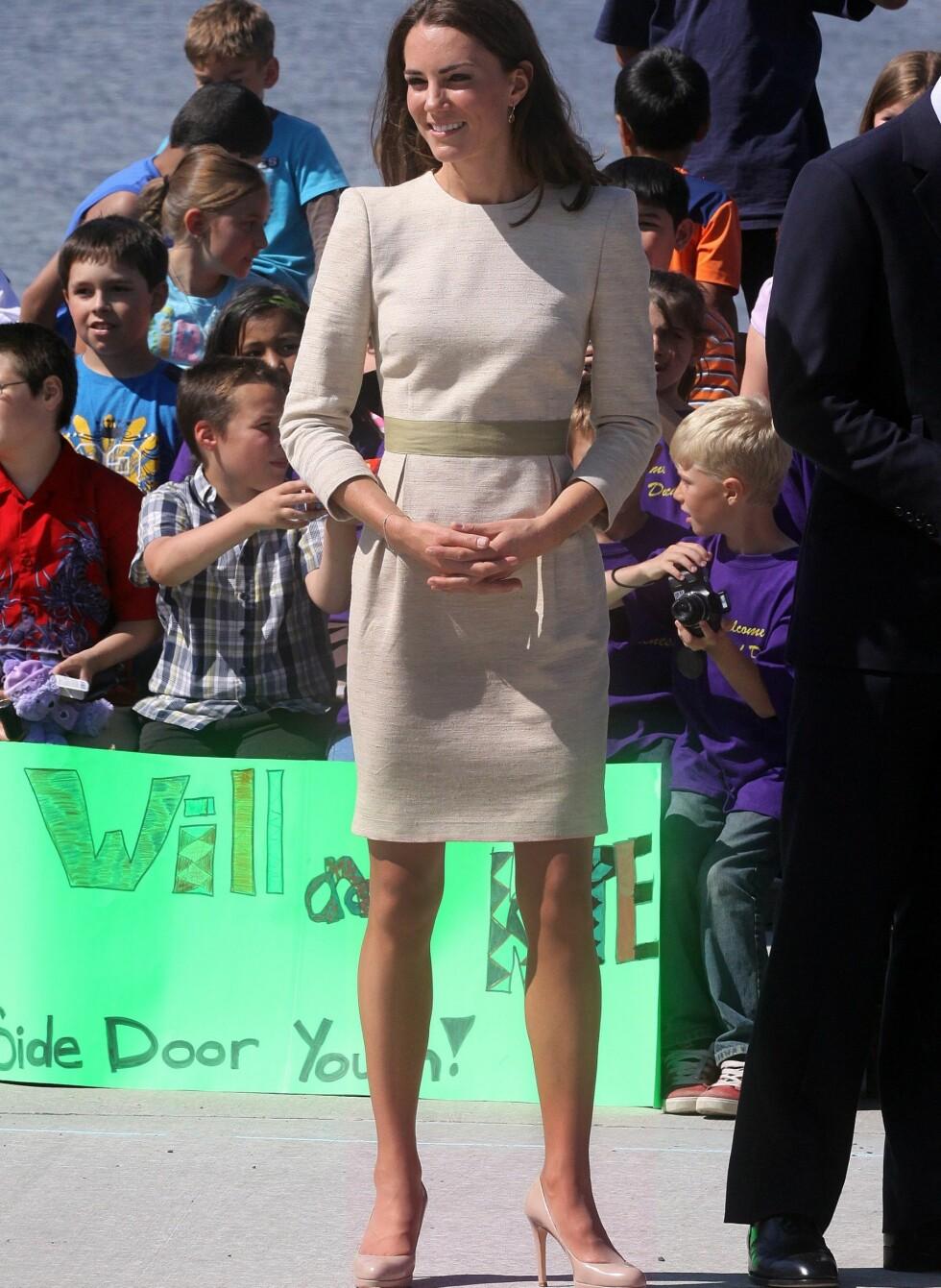 Kate i Malene Birger-kjole og LK Bennett-sko.   Foto: All Over Press